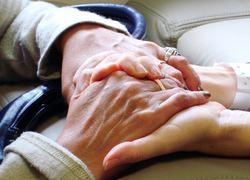 Normal_ouderen_handen_thuiszorg_steun
